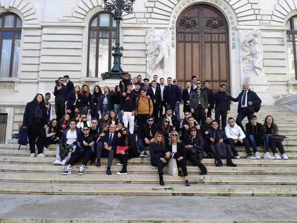 Gli alunni del BUONVICINO sulle scale di Montecitorio