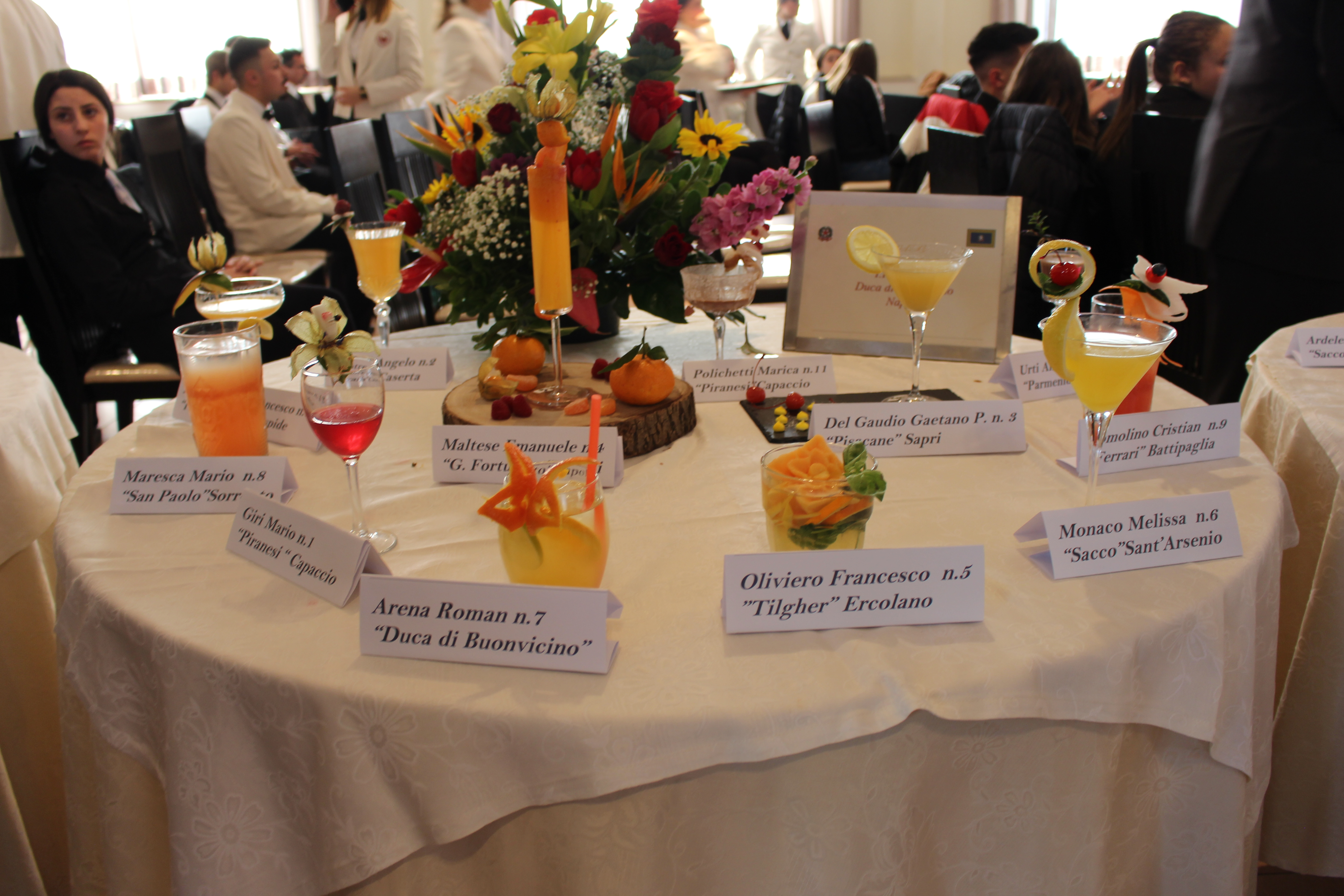 Tavolo con i cocktails dei partecipanti al concorso