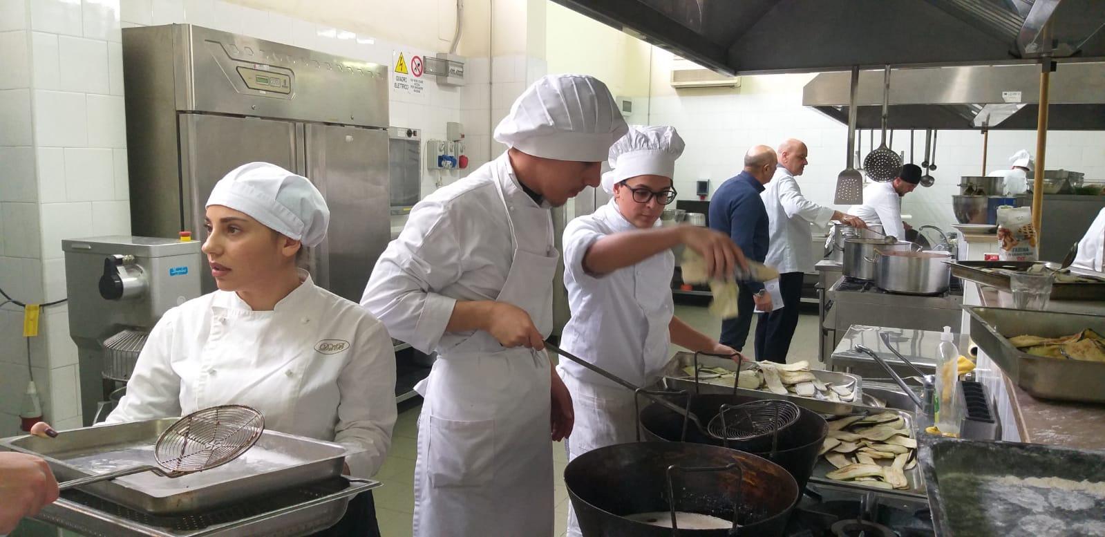 Gli studenti del Duca di Buonvicino al lavoro nei laboratori.