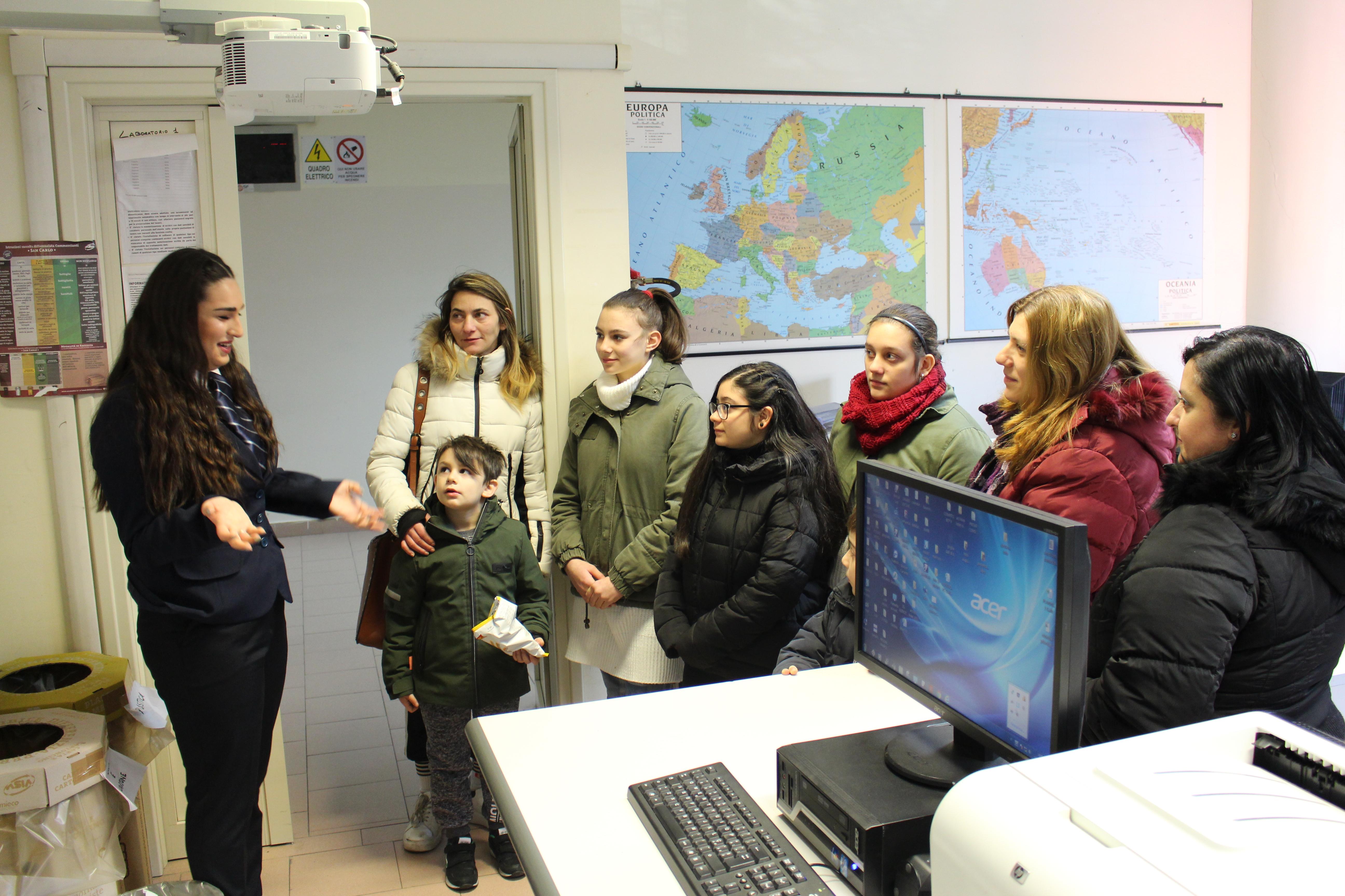Una studentessa mostra uno dei laboratori alle famiglie in visita