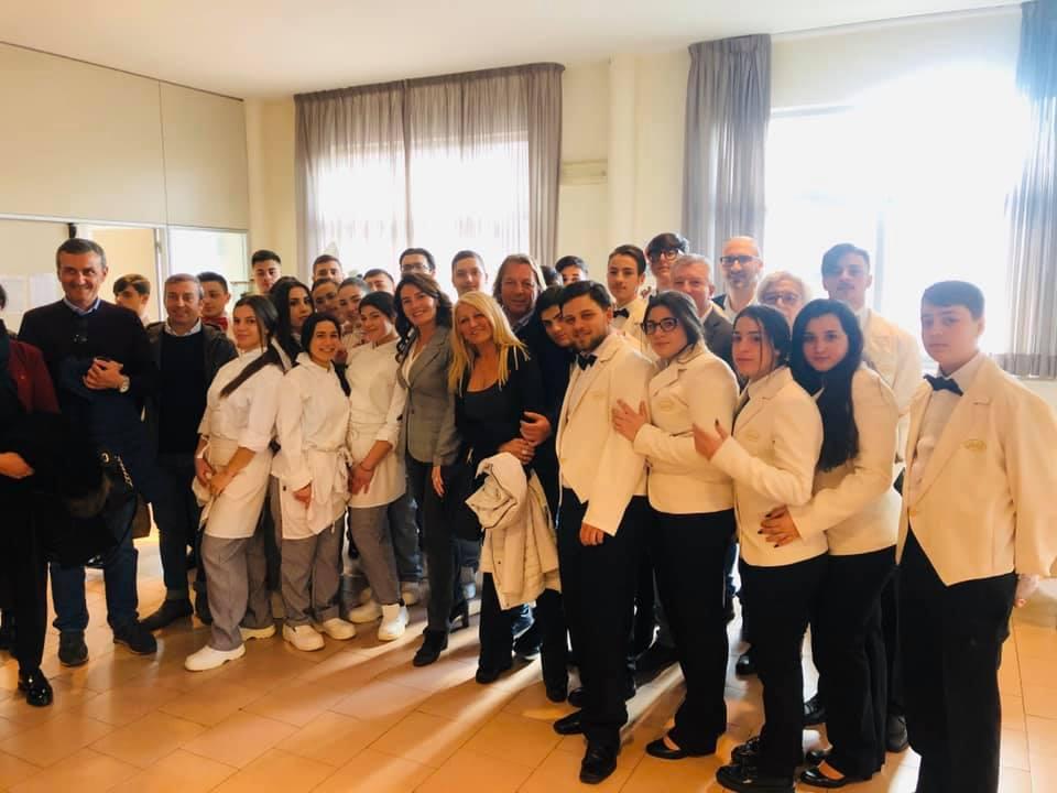 Gruppo di alunni e docenti del Duca di Buonvicino con la DS.